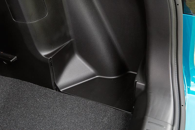 仕切り板を取り外すことで9.5インチのゴルフバッグ2個を横に積むことが可能。ただし、ラゲッジボードが上段にセットされているときは仕切り板を取り外せない