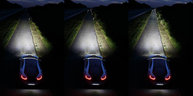 左からロービーム、ハイビーム、LEDハイビームとレーザー・ライトを点灯させたところ