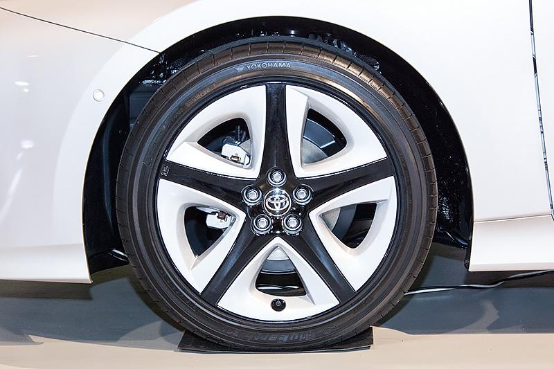 新型プリウスタイヤギャラリー。右下が15インチ。各タイヤメーカーの代表的な低燃費タイヤが装着されていた
