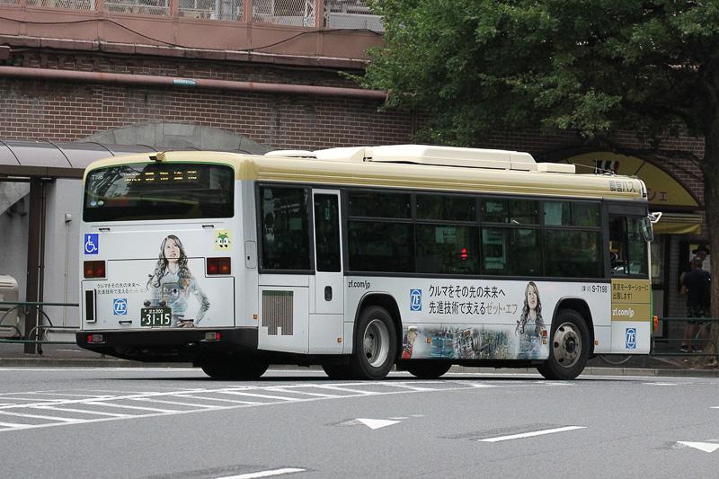 東京モーターショーの出展に合わせ、東京都内で11月までの予定でラッピングバスを走らせている。走行ルートは東京駅 丸の内南口と東京モーターショー会場である国際展示場正門前を結ぶ「都05」と、渋谷駅~新橋駅を結ぶ「都01」の2ルート。デザインはZFのイメージカラーであるベージュが基調。通行人の視線の高さにメッセージや取り扱う製品のイメージがデザインされている