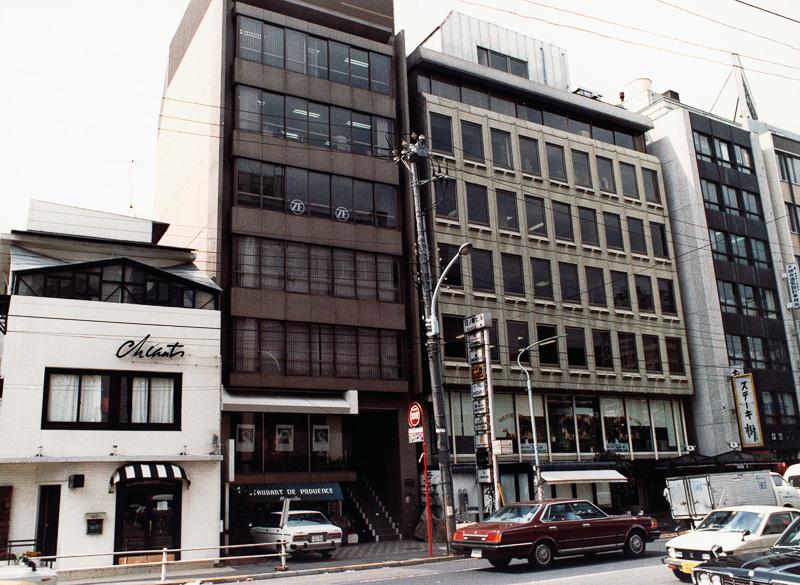 1980年5月に日本法人のゼット・エフ・ジャパンを東京都港区麻布台に創設。同時期にアメリカ初の生産拠点をジョージア州に設立している。このころからパーツ製造メーカーからシステム技術を提供する企業に転身していく