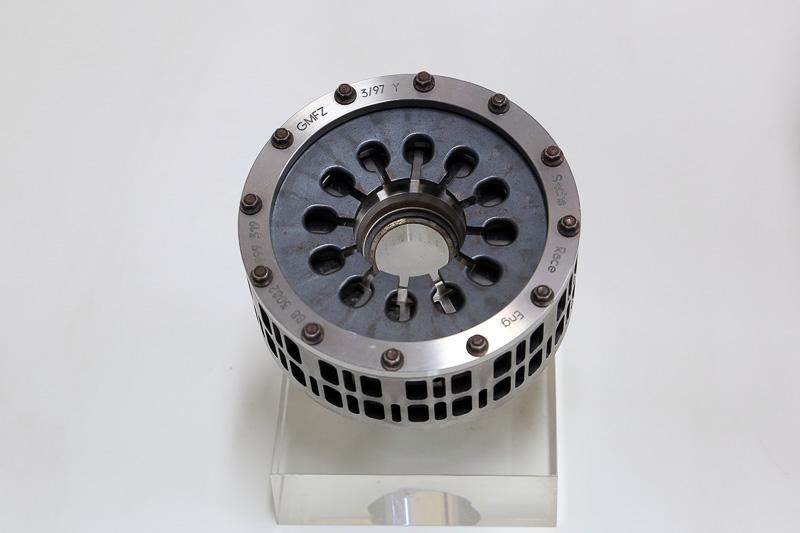 ここからはZFの製品の一部を紹介しよう、これは2000年シーズンのフェラーリ F1マシンに採用されていた多板式クラッチモジュール。クラッチサイズは3×97㎜とかなり小さい