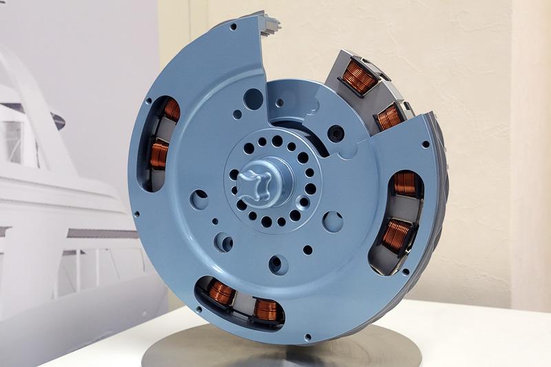 ハイブリッドカー用モーターである「クランクシャフト・スターター・ジェネーター」。冷間スタートトルクは100-300Nm。ジェネレーター出力は38kW