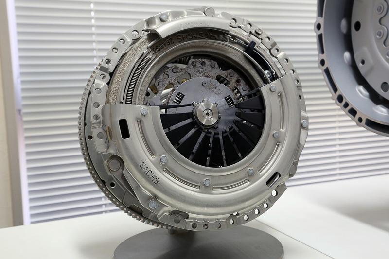 エクステンドクラッチを備えたDMFモジュール。プリダンパー付きクラッチディスクと摩耗補正機能を持つエクステンドクラッチ、そしてデュアルマス・フライホイールがセットになっている。クラッチサイズは240mm