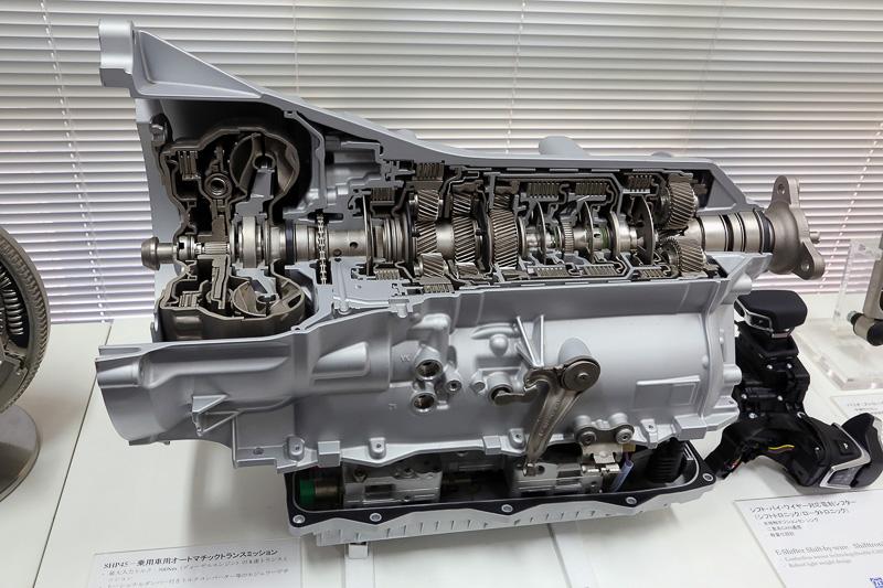 ZFと言えばやはり多段式ATが有名。これはディーゼルエンジンを搭載する乗用車用の8速AT。ATは内部のクラッチディスクを複雑な油圧制御によって動作させ変速する。シフトプログラムからトルクコンバーターまですべてZF製だ
