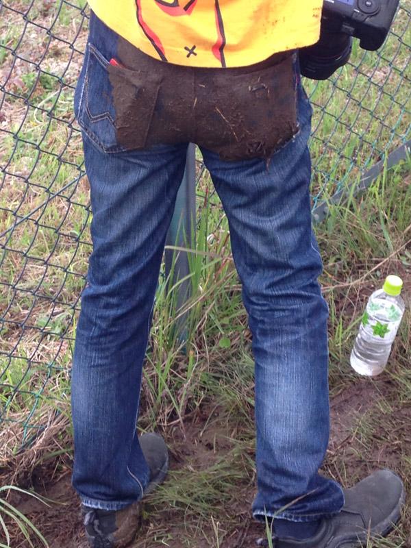 滑落し、お尻は今どき珍しい泥まみれとなった。左ポケットに入れたスマホは……