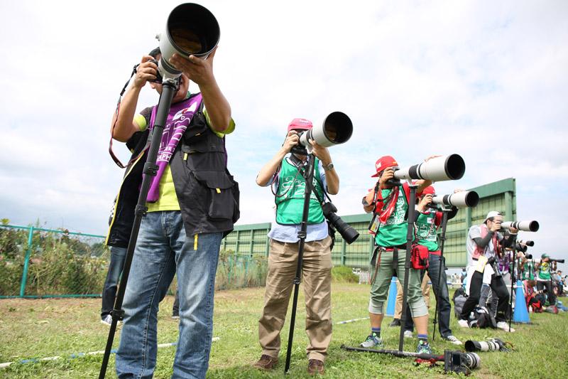 左端が筆者。右側4人、青いパイロンまでが超望遠レンズ体験コーナー。その先にもカメラマンが大勢撮影している
