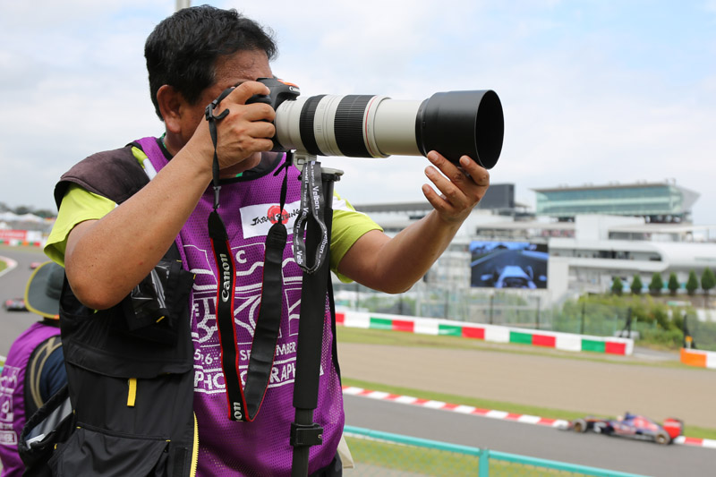 S字のカメラマンエリアで撮影する筆者