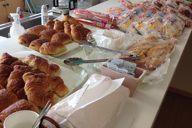 朝からクロワッサンなどパンが多数用意される
