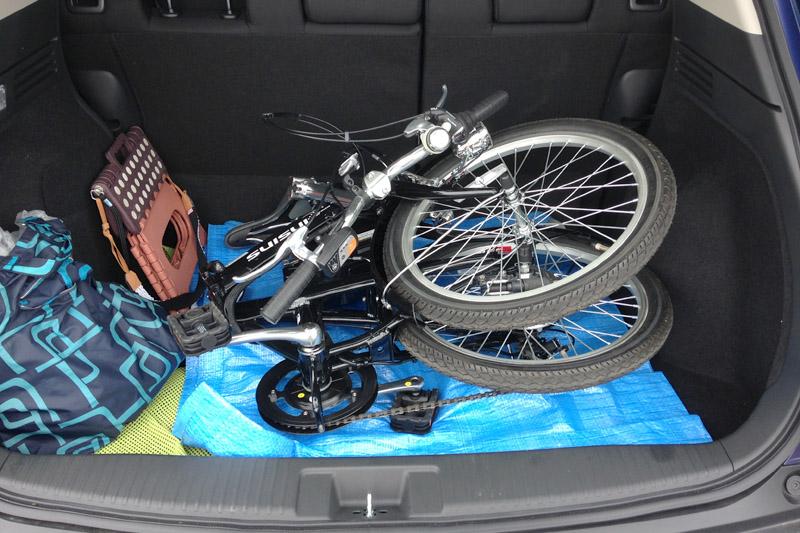 ヴェゼルの荷台に乗せた電動折りたたみ自転車。その左にあるのは撮影用の踏み台と長靴を入れた袋。撮影の必需品だ