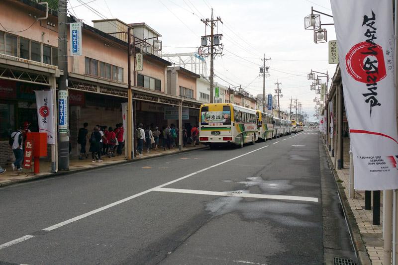 国道23号に向かう商店街に10台ほどのバスの列。おそらく次から次へとバスが出発すると思われる