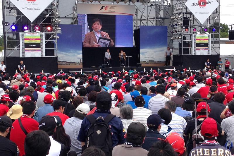 GPスクエアのステージにはピレリの関係者とオグたん(小倉茂徳氏)