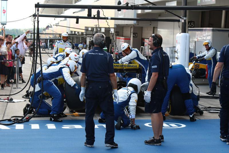 タイヤ交換の練習をするザウバーチーム
