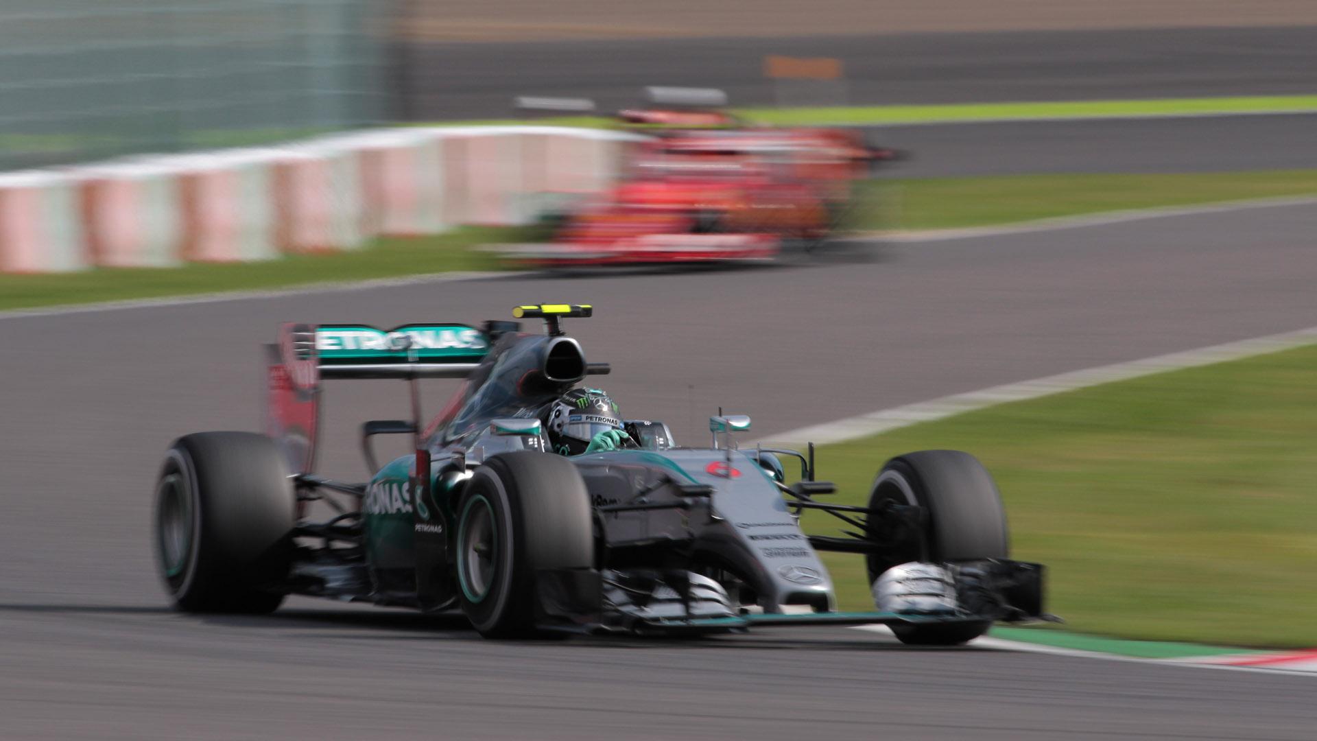流し撮りでヘルメットを止め、背景に運よくフェラーリと、条件が揃った写真