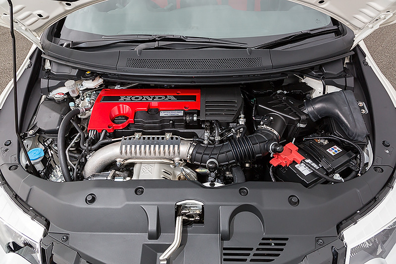 新開発の直列4気筒2.0リッター直噴ガソリンVTECターボエンジンは、FF車トップ値となる最高出力228kW(310PS)/6500rpm、最大トルク400Nm(40.8kgm)/2500-4500rpmを発生。使用燃料は無鉛プレミアムガソリンで、タンク容量は50L。JC08モード燃費は13.0km/L