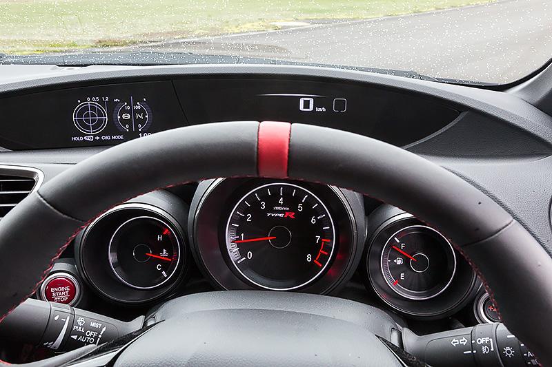 メーター横には加速性能をはじめ、アダプティブ・ダンパー・システムの制御パラメーターを高減衰域にシフトできる「+Rモード」ボタンを配置。メーター内は通常の「BASEモード」(写真中央)では白色に、「+Rモード」(写真右)では赤色に発光する