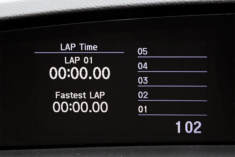 マルチインフォメーションディスプレイでは燃費や時計表示に加え、ターボ過給圧、水温、油圧、油温、旋回時などのG変化、ブレーキ踏力、アクセル開度という7つの車両情報を表示できる。さらにラップタイム、0-400m、0-100km/hの計測結果を表示させることも可能にしている