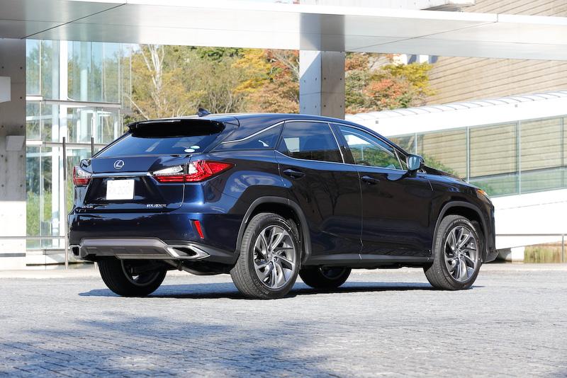 """RX200t""""version L""""(2WD)。ボディーカラーはディープブルーマイカ。価格は595万円"""