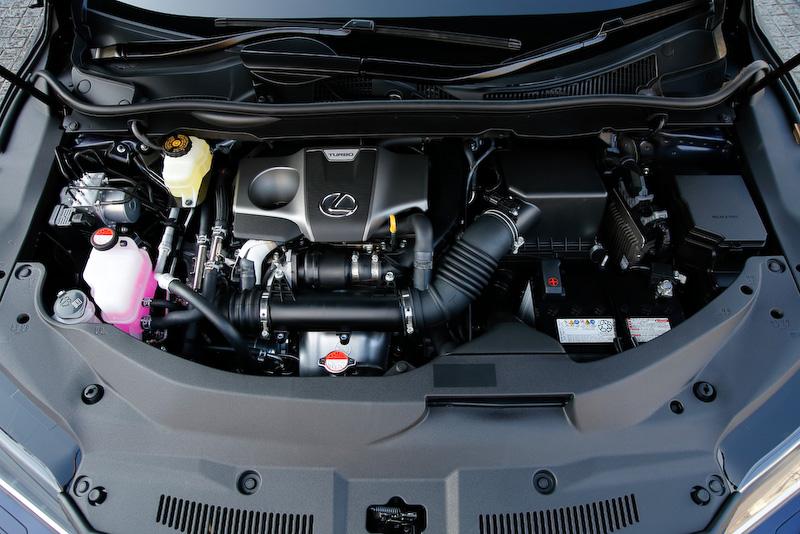 """RX200tに搭載する直列4気筒DOHC 2.0リッター直噴ターボ「8AR-FTS」エンジン。最高出力は175kW(238PS)/4800-5600rpm、最大トルクは350Nm(35.7kgm)/1650-4000rpmを発生。RX200t""""version L""""(2WD)のJC08モード燃費は11.8km/L"""