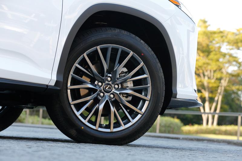 """撮影車は中空構造によって走行中のタイヤノイズを低減する、""""F SPORT""""専用となるノイズリダクションタイプの20インチアルミホイールを装着。タイヤサイズは235/55 R20"""