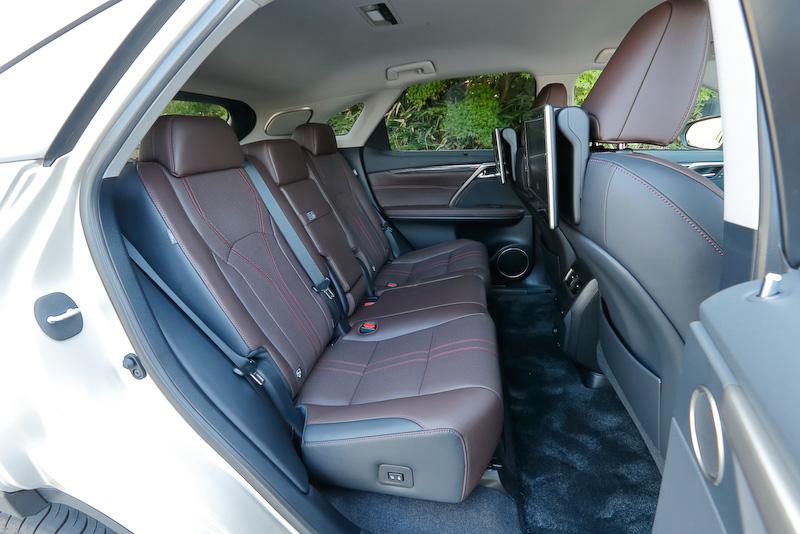 """上質なセミアニリン本革シートを装備。撮影車は""""version L""""にのみオプション設定される「リヤシートエンターテインメントシステム」を装着し、同オプションを選択すると11.6インチの高精細ディスプレイがフロントシートの背面に2台設置される"""