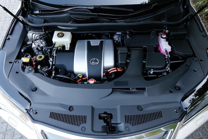 RX450hではV型6気筒DOHC 3.5リッター「2GR-FXS」エンジンを搭載し、最高出力は193kW(262PS)/6000rpm、最大トルクは335Nm(34.2kgm)/4600rpmを発生。これに123kW(167PS)/335Nm(34.2kgm)を発生するフロントモーター「6JM」を組み合わせ、4WD車ではリアモーターとして最高出力50kW(68PS)、139Nm(14.2kgm)を発生する「2FM」を採用