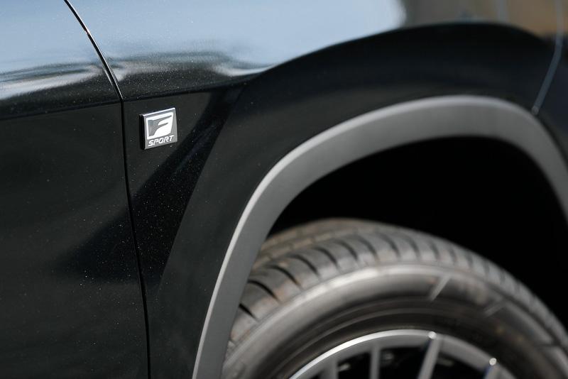 """""""F SPORT""""では専用のスピンドルグリル(メッシュタイプ)や20インチアルミホイール(ダークプレミアムメタリック塗装)をはじめ、ブラック塗装のドアミラーやリアロアバンパーモールなどにより、アグレッシブでスポーティなイメージを強調"""