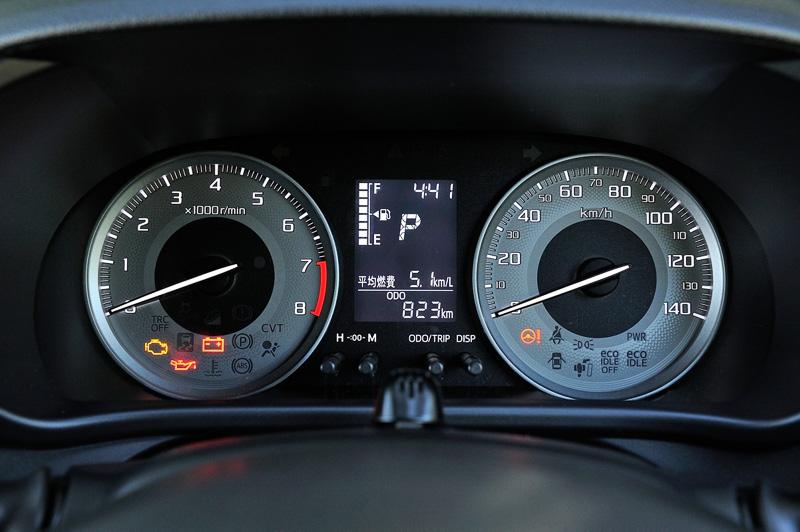 全車で自発光式2眼メーターを採用。センターにアイドリングストップ時間や平均燃費、航続可能距離などを表示できるマルチインフォメーションディスプレイを設定