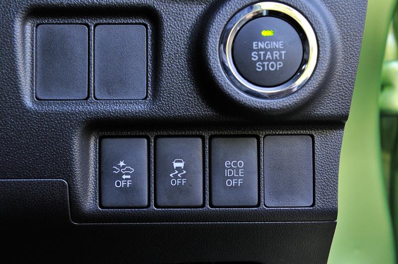 グレード別に先進安全装備「スマートアシストII」を設定。ボタン操作でON/OFFを切り替えられる