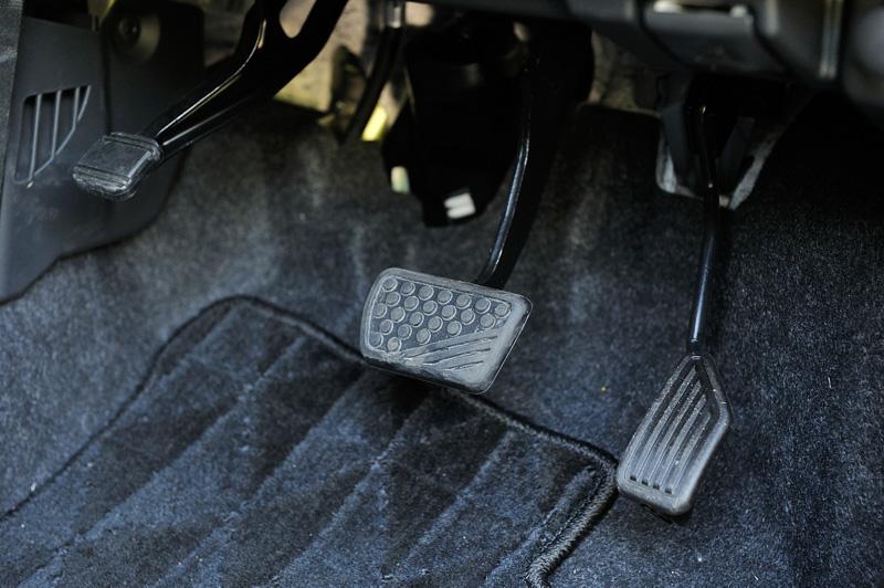 パーキングブレーキは足踏み式で運転席の足下に3つのペダルを設置