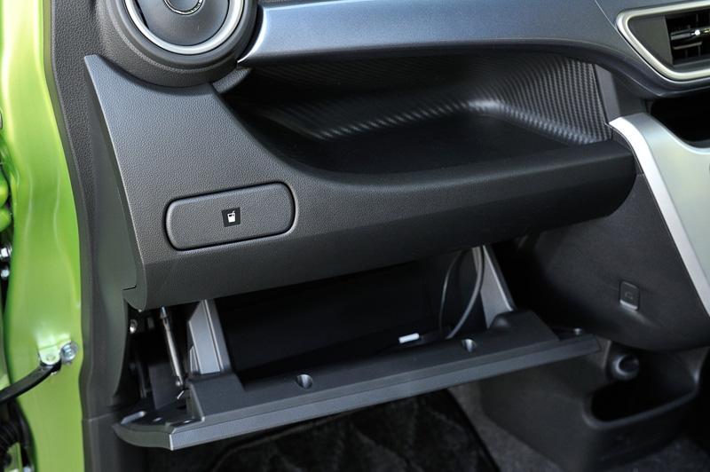 ダッシュボード両サイドのカップホルダーは、運転席側が開放型、助手席側が格納型となる。グローブボックスの上にオープンタイプのインパネトレイを設定