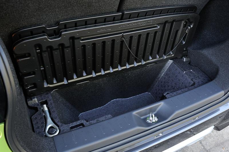 ラゲッジスペースのフロア下に深さのある「大容量深底ラゲッジアンダーボックス」を設定。写真は2WD車で、4WD車は形状が異なる