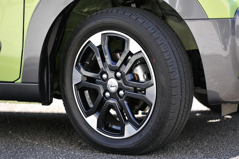 力強さを感じる直線基調のデザインを採用する15インチアルミホイール。タイヤサイズは165/60 R15 77H