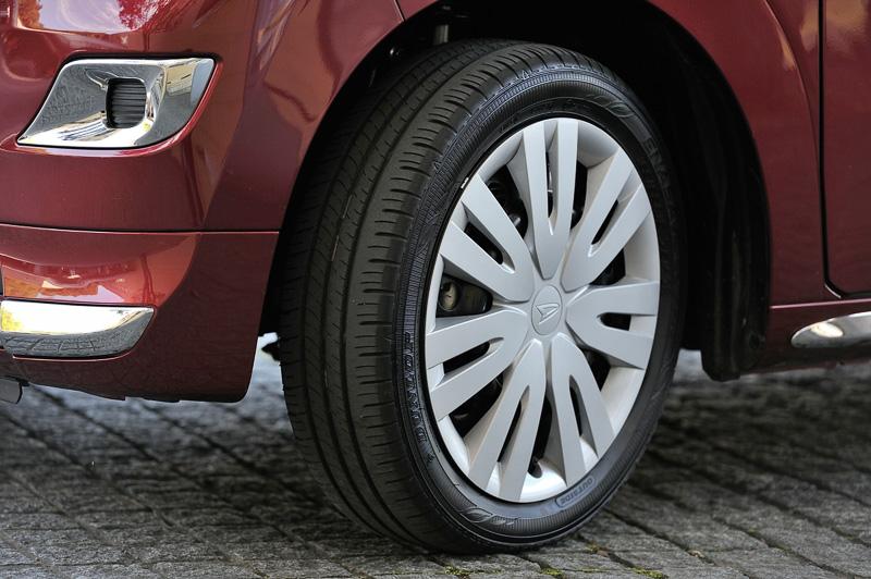 Xグレードは15インチのスチールホイールにフルホイールキャップを設定。タイヤサイズは165/55 R15 75V
