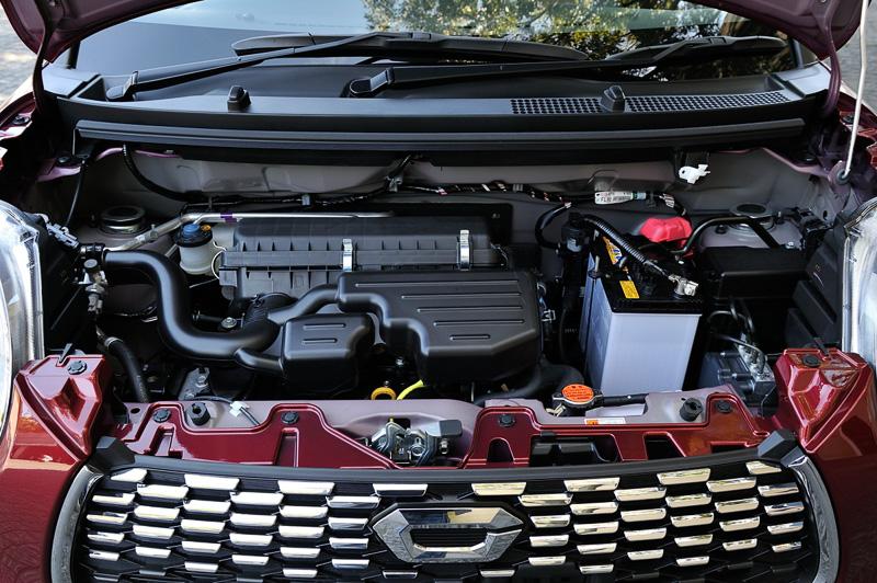 自然吸気の直列3気筒DOHC 0.66リッターエンジンは最高出力38kW(52PS)/6800rpm、最大トルク60Nm(6.1kgm)/5200rpmを発生