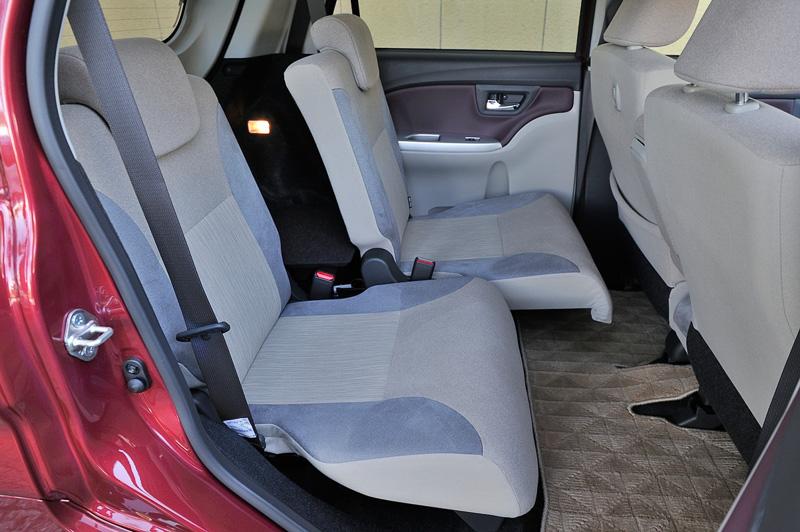 後席は前後スライドで再後端にセットすれば広々した足下空間が生まれる。細かくノッチが設定されているので、荷物と乗員の都合に合わせて自在に使い分けできる
