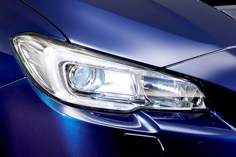 LED4灯ロービーム+ハロゲンハイビームのヘッドライトは、標準設定のブラックベゼルから光輝タイプに変更