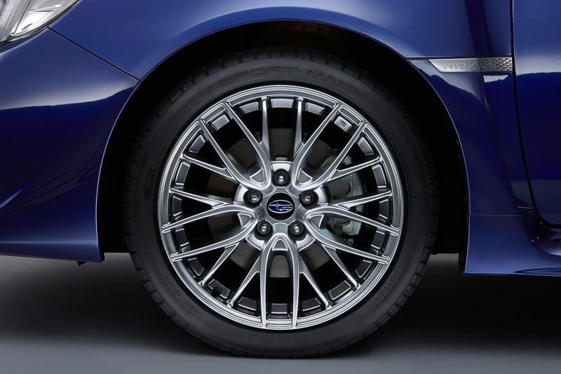245/40 R18サイズのハイパフォーマンスタイヤを標準装備