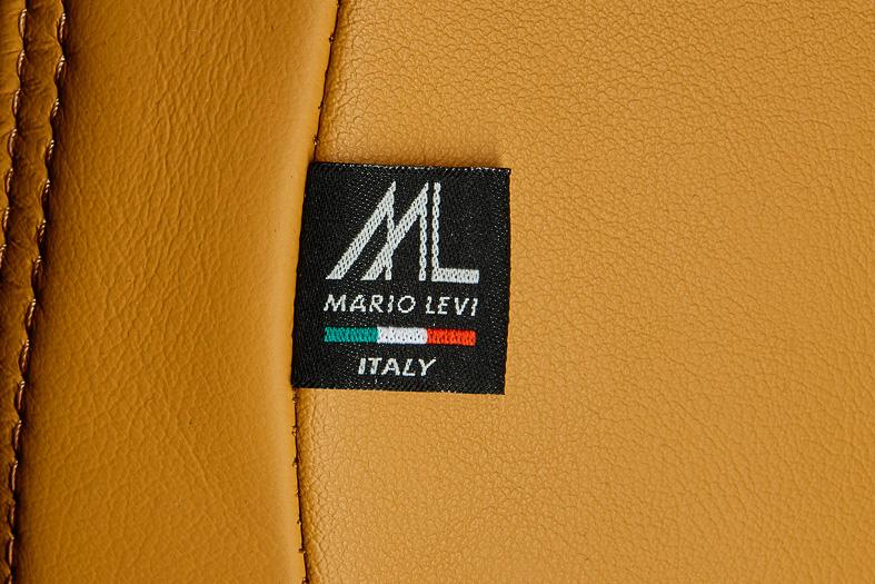 """スライド機構付コンソールリッドなどもタンカラーに変更。イタリアの老舗皮革製品サプライヤー「マリオ・レヴィ」とコラボレーションして、触感でも楽しめる""""大人のスポーツセダン""""となっている"""