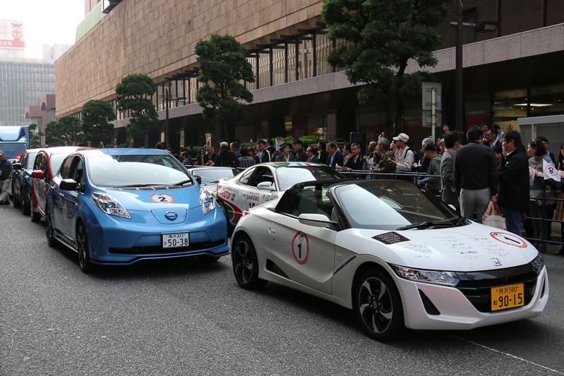 スタート地点で走行開始を待つパレード参加車両。先頭は記念パレードのシンボルカーとして製作された本田技研工業の「S660」
