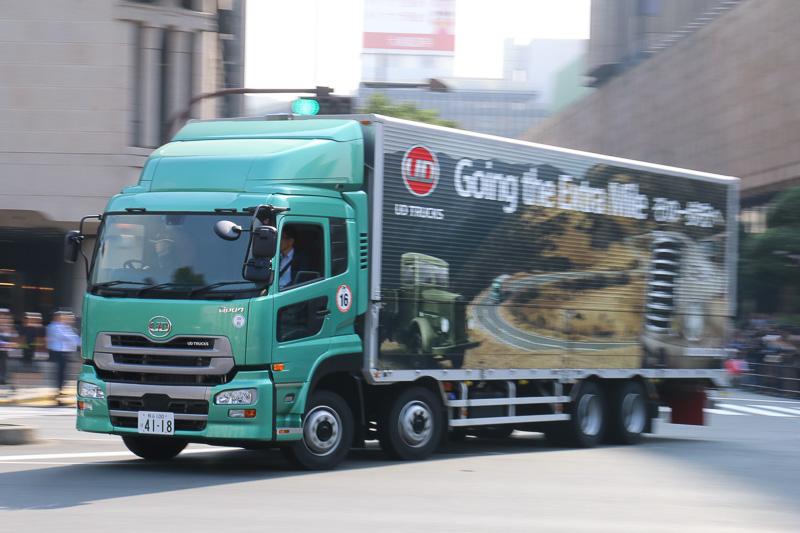 UDトラックスは大型トラック「クオン」で参加。UDトラックス 代表取締役社長の村上吉弘氏は助手席に同乗