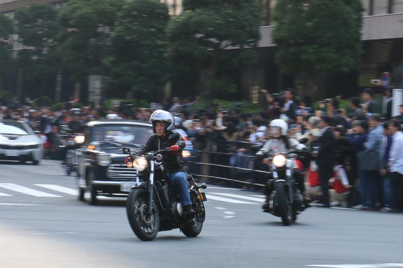 ゲストの荒川静香さん(右)と並んでコーナーを駆け抜けるヤマハ発動機 代表取締役社長 執行役の柳弘之氏