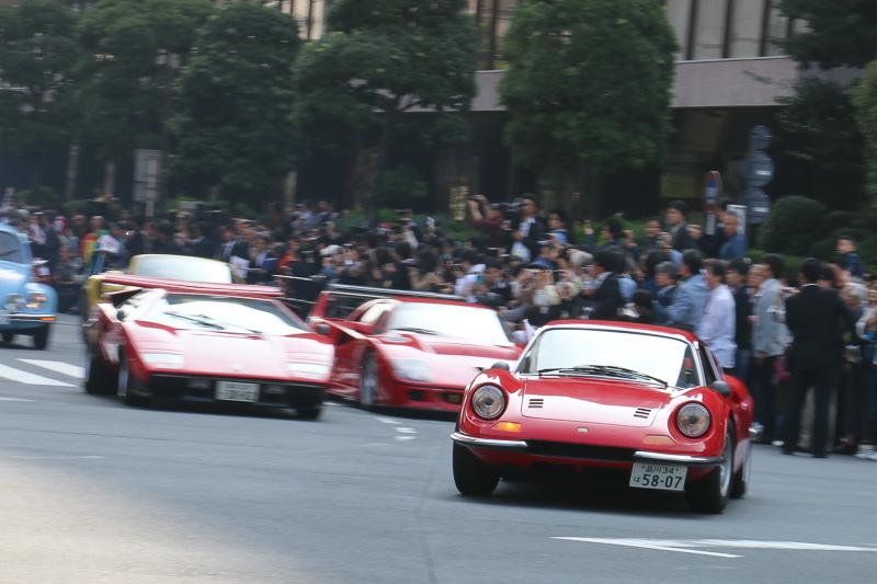 1972年式のフェラーリ「ディーノ 246GT」。後方にランボルギーニ「カウンタック ウォルターウルフスペシャル」、フェラーリ「F40」などが続く