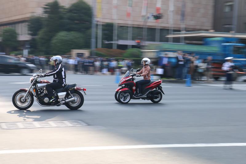 1987年式のヤマハ「VMAX」(左)と2014年式のヤマハ「トリシティ」。パレード走行には4輪61台、2輪20台の計81台が参加している