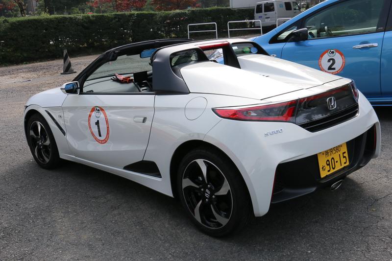 シンボルカー仕様のホンダ「S660」。シート色が左右で異なるオプション「アシンメトリーカラースポーツレザーシート」などを装着したα CVT車をベースとしている