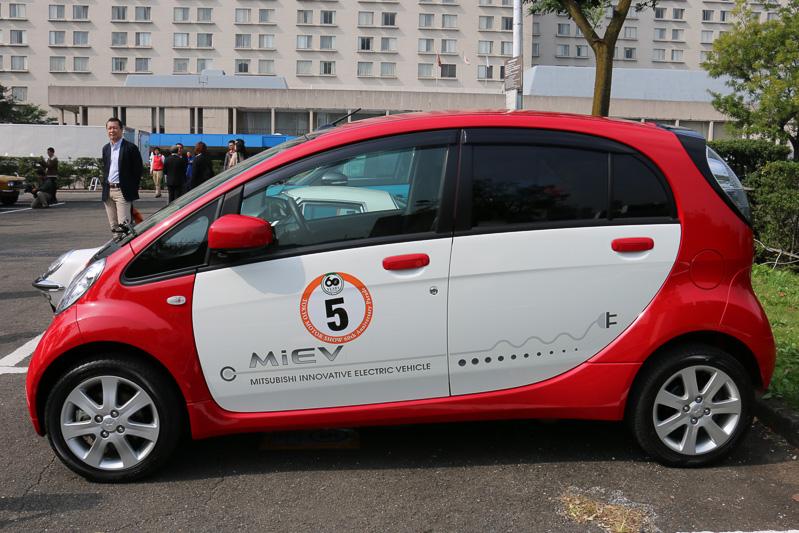 三菱自動車工業 取締役社長兼COOの相川哲郎氏がパレードで運転した三菱自動車「i-MiEV」
