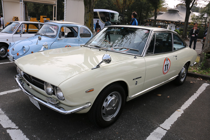 いすゞ自動車 代表取締役社長の片山正則氏が運転した1965年式のいすゞ「117クーペ」