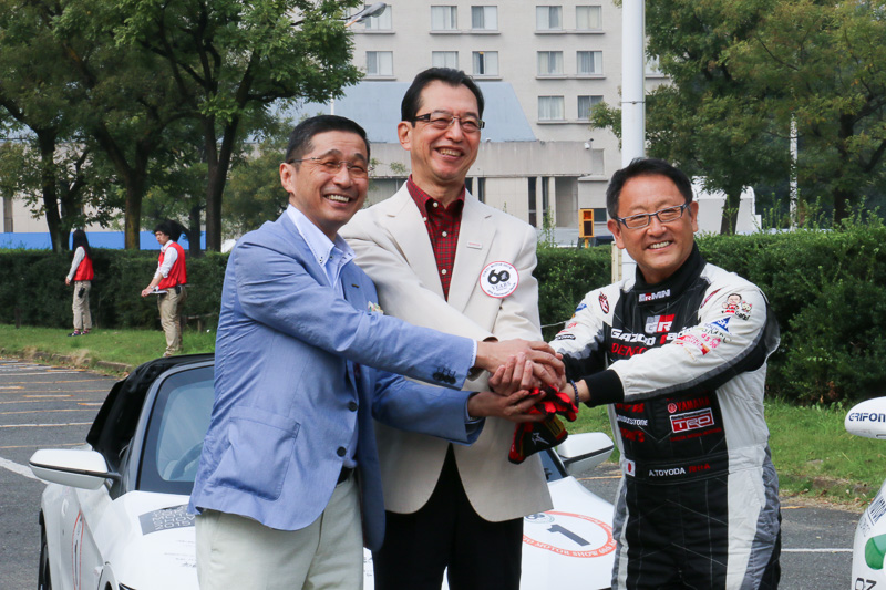自工会の池会長、トヨタの豊田社長、日産の西川副社長の3人がパレードで運転した車両の前でフォトセッション