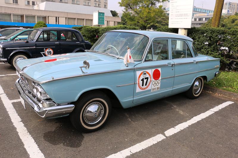 1964年の東京オリンピックで実際に選手の送迎などに利用されたという1964年式の日産「グロリア」。車両の各部に当時のロゴマークなどが配置されている