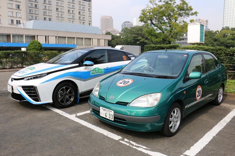 トヨタが世界に先駆けて量産市販化した、世界初の量産ハイブリッドカー「プリウス」と、世界初のFCV(燃料電池車)「ミライ」の2ショット